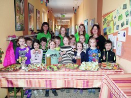 Die Zweitklässler der Grundschule Sankt Georgen mit den Mitarbeiterinnen der AOK, die den Pausenbrottag anleiteten, sowie Konrektorin Anissa Marino