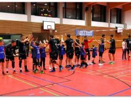 Die Herrenmannschaft des BSV 98 Bayreuth klatschen sich vor dem Spiel mit Spielern aus der eigenen Jugend ab.