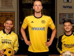 Alexander Nollenberger, Steffen Eder und Ivan Knezevic stellen die neuen Trikots vor.