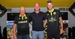 Manne Größler (li.) und Chris Wolf (re.) präseniteren zusammen mit Trainer Timo Rost das neue Trikot.