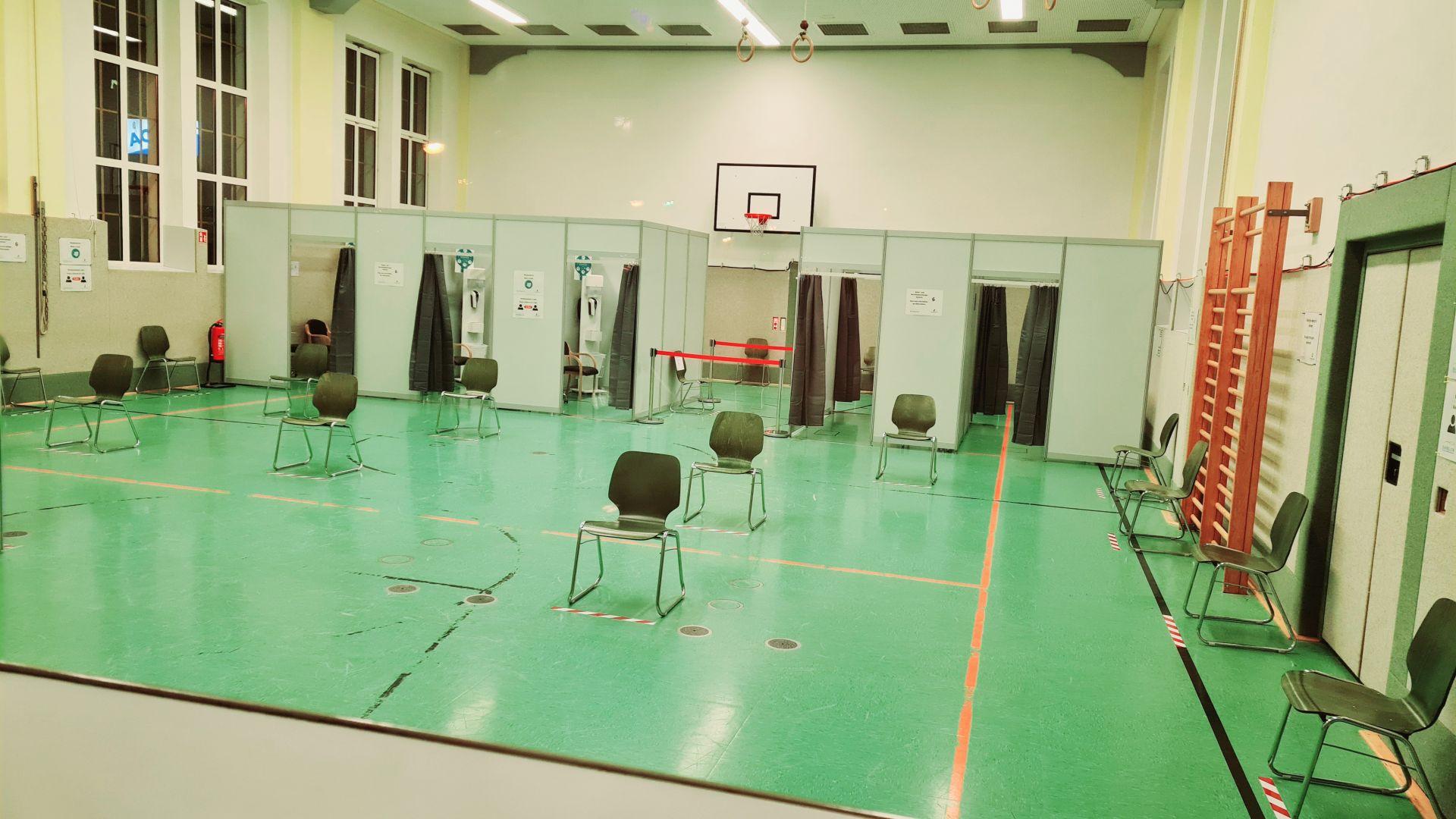 Corona-Virus in Bayreuth: 3. Impfzentrum in der Turnhalle am Stadtbad
